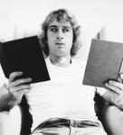 Imagen: William Wegman. Self-portrait (reading two books), 1971.