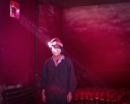 Ronghui Chen. Trabajador chino en una fábrica de decoración navideña.