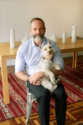 Pablo del Val con su perra Pía. Foto de Paola Bragado.