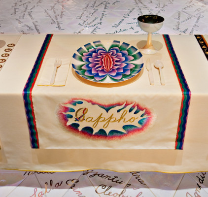 Judy Chicago. Plato de Safo en Dinner Party, 1979.