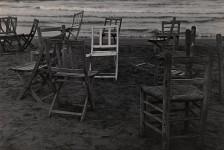 Gabriel Cualladó. Sillas en la playa, 1956