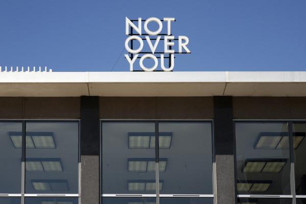 Mark Clintberg. Instalación Not Over You, 2014–2015