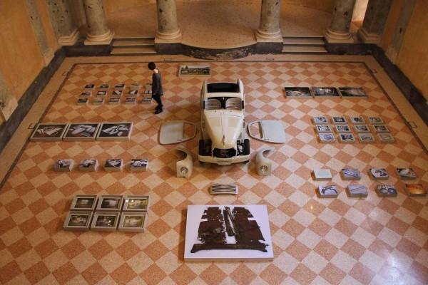 Sala de exposición de la serie fotográfica junto al Fiat 500.