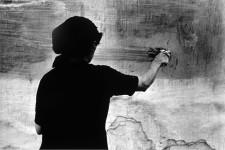 Carlos Pérez Siquier, S/T / Mujer encalando / La Chanca, Almería, 1958. Gelatinobromuro de plata sobre papel baritado. Cortesía de Joaquín Cortés, Román Lores y Museo Nacional de Arte Reina Sofía.
