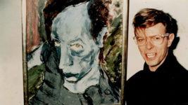 David Bowie junto a una de sus pinturas en la galería neoyorquina Eduard Nachamkin, 1990.