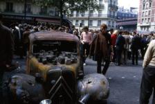 Robert Doisneau El coche quemado, mayo de 1968