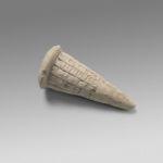 Cono de fundación. Mesopotamia, ciudadestado de Lagash (Al-Hiba), actual Iraq. Hacia 2120 a. C.