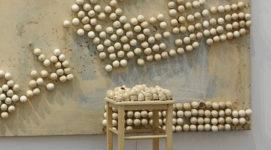 Marcel Broodthaers, Cuadro y taburete con huevos