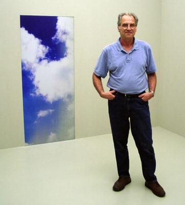 Camnitzer con un fragmento de la instalación de Proyecto para Documenta 11, 2002