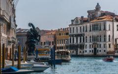 Escultura frente al Palazzo Grassi