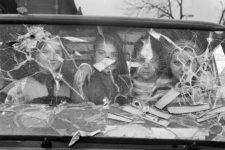 Gervasio Sánchez, Cuatro niñas miran desde el interior de una furgoneta destrozada. Sarajevo, 1994.