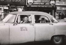 Diane Arbus, Taxista al volante con dos pasajeros, 1956.