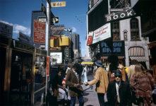 Joel Meyerowitz, Angle de Broadway et de la 46e rue, New York, 1976. © Cortesía de Rencontres de Arles
