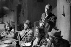 Lola Gaos junto a sus compañeros de reparto escucha las indicaciones de Luis Buñuel. © IAACC Pablo Serrano
